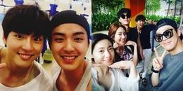 Yoon Si Yoon thân thiện chụp ảnh với fan Việt khi cùng đoàn phim đi nghỉ dưỡng tại Đà Nẵng