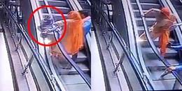 Người mẹ đánh rơi con từ thang cuốn xuống đất khiến đứa bé tử vong vì lí do ai cũng đang mắc phải