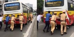 Trời nắng như 'đổ lửa', 3 anh cảnh sát giao thông vẫn miệt mài hợp sức đẩy chiếc xe buýt chết máy