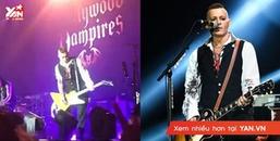 'Lầy' Như Johnny Depp: Đi biểu diễn được fan ném nội y tỏ tình, nam tài tử nhặt ngay lấy cột vào đàn