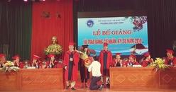 Màn cầu hôn ấn tượng của thầy giáo và sinh viên trong ngày tốt nghiệp khiến dân mạng dậy sóng