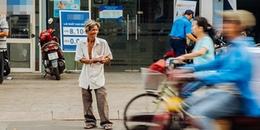 Chuyện về ông cụ có 'khuôn mặt mếu máo' bán vé số giữa dòng người ngược xuôi nơi ngã tư Sài thành