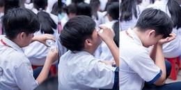 Tranh cãi xoay quanh việc cậu học sinh đổ nước vào mắt khi đang ngồi dưới sân trường