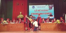 Phó bí thư Đoàn quỳ gối cầu hôn nữ sinh trong lễ bế giảng: 'Nhà trường không tạo điều kiện riêng tư'
