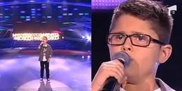 Cậu bé khiếm thị nhút nhát bước vào trường quay, khi cất giọng hát cả hội trường rơi lệ