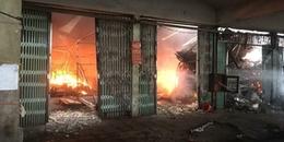 Hà Nội: Chợ Sóc Sơn bốc cháy dữ dội, các tiểu thương thất thểu vì cháy rụi hàng buôn bán