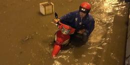 Mưa lớn trong đêm, xe máy ngập tới yên xe ở Sài Gòn