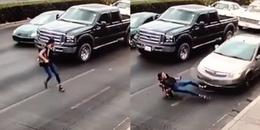 Cô gái mang giày cao gót nghe điện thoại băng qua đường bị ôtô cán ngang người khiến CĐM sợ hãi