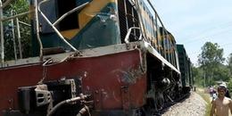 Tàu hoả tông văng xe tải chở đá xuống ruộng, trật bánh khỏi đường ray