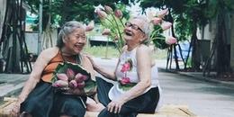 Dù tuổi đã già nhưng hai cụ bà vẫn tươi cười bên nhau trong bộ ảnh kỷ niệm tình tri kỉ