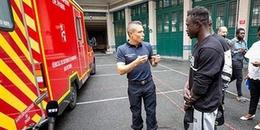 'Người Nhện' leo 4 tầng nhà cứu em bé mắc kẹt đã chính thức trở thành nhân viên cứu hỏa