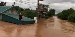 Clip: Ngập lụt sâu, người dân tại Ba Chẽ, Quảng Ninh dùng xuồng máy đi lại trên đường phố