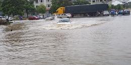 Mưa lớn kéo dài, Hà Nội phố biến thành sông, nhiều phương tiện chết máy nằm 'chơ vơ' giữa dòng nước