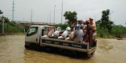 Hình ảnh đẹp ngày mưa lũ: CSGT Hà Nội dùng xe chuyên dụng giúp người dân đi qua đoạn ngập lụt sâu