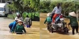 Dịch vụ đưa đò 'xe' qua sông trong mùa nước lũ khiến cộng đồng mạng được phen mở mang tầm mắt