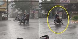 Clip: Cha nhường áo mưa cho con trai trong cơn mưa tầm tã giữa phố đông khiến CĐM xúc động