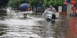 Đường phố Vinh ngập sâu, xe 'trôi' trên sóng nước