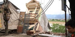 Người dân xót xa nhìn cảnh nhà bị nứt toác, đứt gãy trượt xuống lòng sông Đà