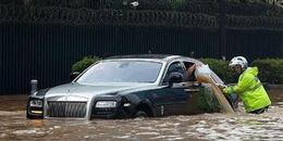Chùm ảnh lụt lội từ đường phố vào tận trong nhà dân của Hà Nội khiến cư dân mạng 'cạn lời'