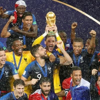 SỐC: Đội tuyển Pháp bị một người phụ nữ lén lấy huy chương vàng bỏ túi trong lúc trao giải