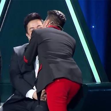 Sau ồn ào cạch mặt, Đàm Vĩnh Hưng ôm hôn Quang Lê thắm thiết trên truyền hình