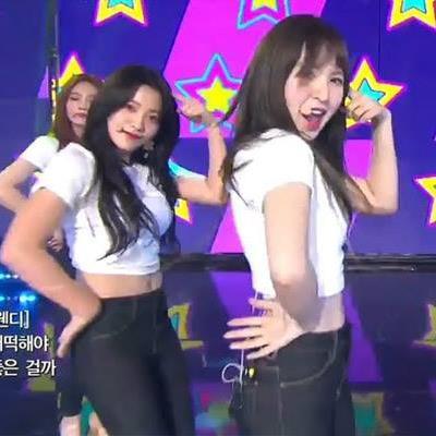 Chứng kiến Red Velvet cover 'Gee' hay xuất sắc, Tiffany bấm Like liền tay ủng hộ đàn em trên Twitter