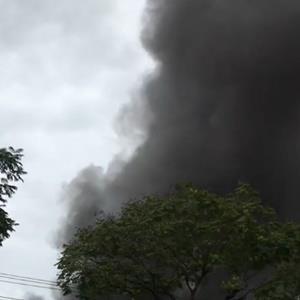 TP.HCM: Cháy lớn gần siêu thị khiến người dân chạy tán loạn, hàng trăm cảnh sát tích cực chữa cháy