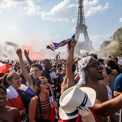 Chùm ảnh: Các CĐV Pháp tại quê nhà ăn mừng chức vô địch World Cup sau 20 năm