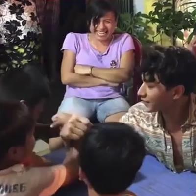 Quay phim ca nhạc tại Phan Thiết, Isaac tranh thủ chơi đùa cùng trẻ con địa phương đáng yêu thế này!