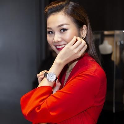 Thanh Hằng diện váy đỏ rực, đeo đồng hồ 6 tỷ trong bữa tiệc sinh nhật