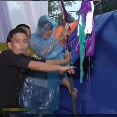 Đám cưới ngày mưa bão: Quan viên hai họ cứ yên tâm ăn cỗ, giữ rạp đứng vững đã có thanh niên lo