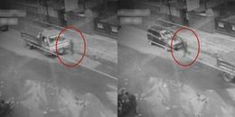 Khoảnh khắc bóng người băng qua con đường đông đúc xe qua lại: Liệu có phải bóng ma?