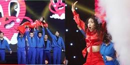 Hòa Minzy hóa nàng tiên cá mang vũ đạo xòe quạt có '1-0-2' lên sân khấu