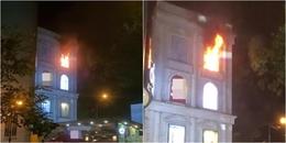 Biển hiệu trung tâm thương mại Diamond Plaza ở Sài Gòn bốc cháy dữ dội, nghi do chập điện