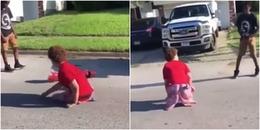 Bị 'bắt nạt', cậu bé khuyết tật tháo cả 2 chân ra giả để 'chiến đấu' và kết quả thật bất ngờ