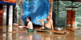 Người dân xứ Nghệ gồng mình đối phó với lũ lụt kéo dài