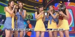 Giành cúp tuần trước iKON và TWICE, Red Velvet lầy lội vừa hát vừa ăn mừng bằng đá bào trên sân khấu