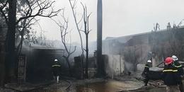 Hà Nội: Đang cháy cực lớn ở xưởng sơn trên Đại lộ Thăng Long, cột khói bốc cao hàng chục mét