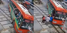 Dân mạng được phen hú hồn trước cảnh hành khách nháo nhào phi thân từ cửa sổ thoát khỏi xe khách