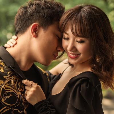 Sau mặc cảm vì chưa sinh con cho Trấn Thành, Hari Won hôn ông xã thắm thiết