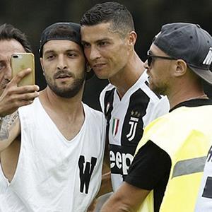 Trận đấu phải hoãn lại vì CĐV tràn xuống chụp hình với Cristiano Ronaldo