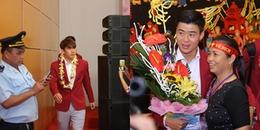 HOT: Olympic Việt Nam đã về đến sân bay Nội Bài, các tuyển thủ hạnh phúc trong vòng tay NHM