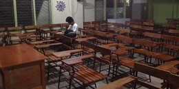 Nam sinh ở lại lớp đến tận tối để làm bài tập chỉ vì nhà không có điện khiến CĐM nể phục