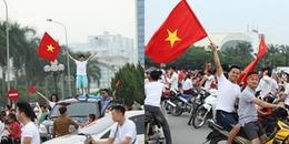 Hàng nghìn CĐV hò reo trước SVĐ Mỹ Đình, cờ đỏ rợp trời mừng chiến công và 'kỳ tích' của Olympic VN