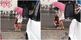 Cô gái 'vùng vằng' bắt mẹ cúi xuống lau giày cho mình ngay giữa phố đông khiến CĐM phẫn nộ