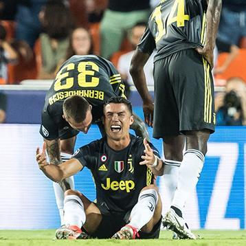 CR7 khóc tức tưởi khi nhận chiếc thẻ đỏ đầu tiên tại Champions League