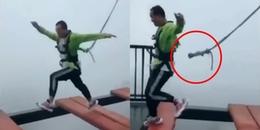 Thót tim khoảnh khắc dây bảo hộ bung khỏi người nam du khách 'ham hố' thử trò chơi mạo hiểm