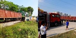 Hà Nội: Ô tô tải băng qua đường sắt va chạm mạnh với tàu hoả, 5 người bị thương
