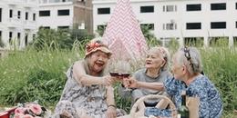 """'Hội chị em' U90 thân thiết quyết định 'lên đồ' đi picnic """"trong viện dưỡng lão"""" mừng ngày 20/10"""