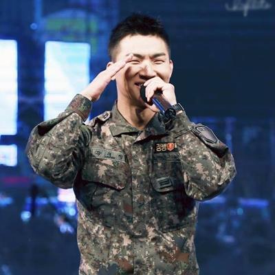 """Khổ thân Daesung, có tâm đi nhặt áo khoác giúp đồng đội lại bị fan ví như đi """"trộm chó"""""""